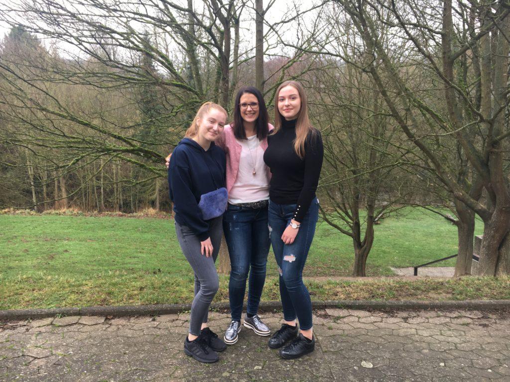 Schülersprecherinnen Nina Floßdorf und Jana Reisp, Mitte: Frau Zepp-Axler